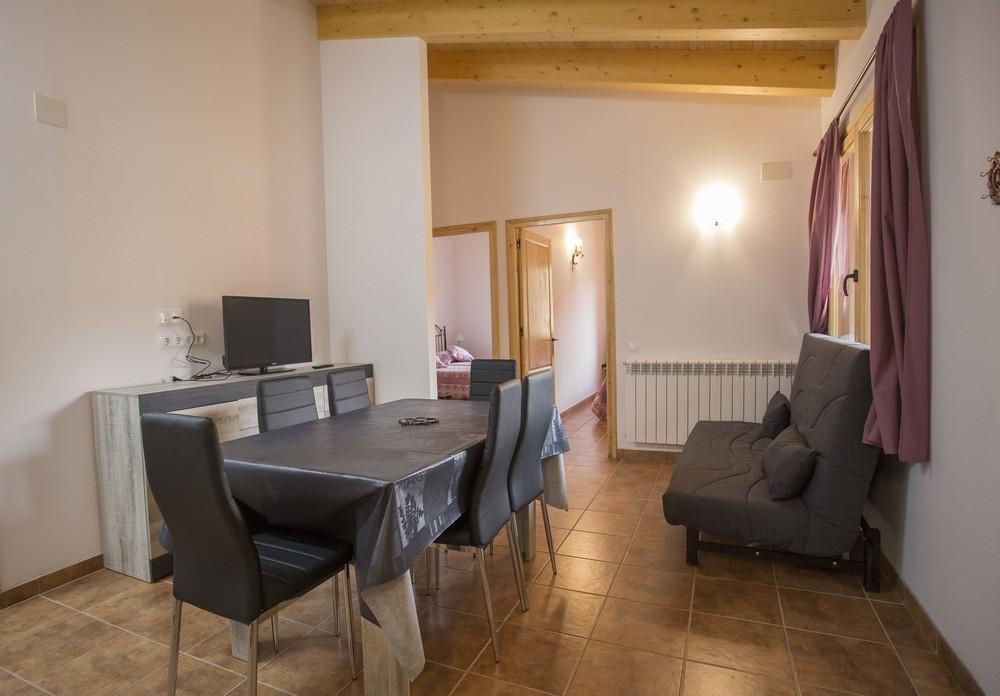 Comedor y habitación del apartamento de cuatro plazas