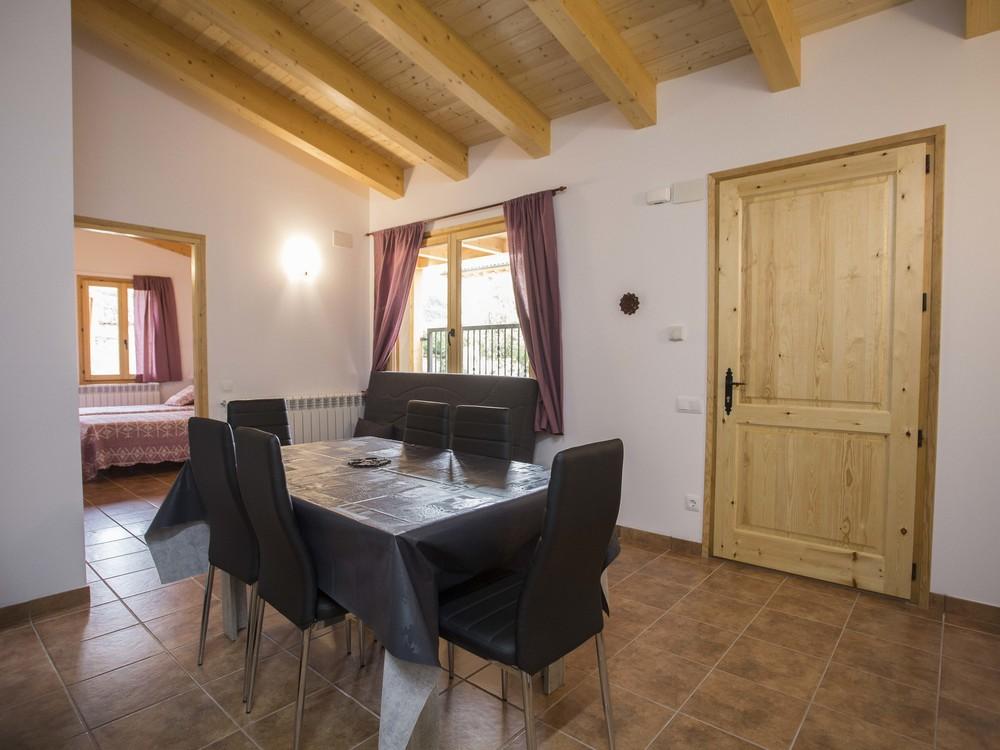 Menjador i habitació de l'aparament de sis places