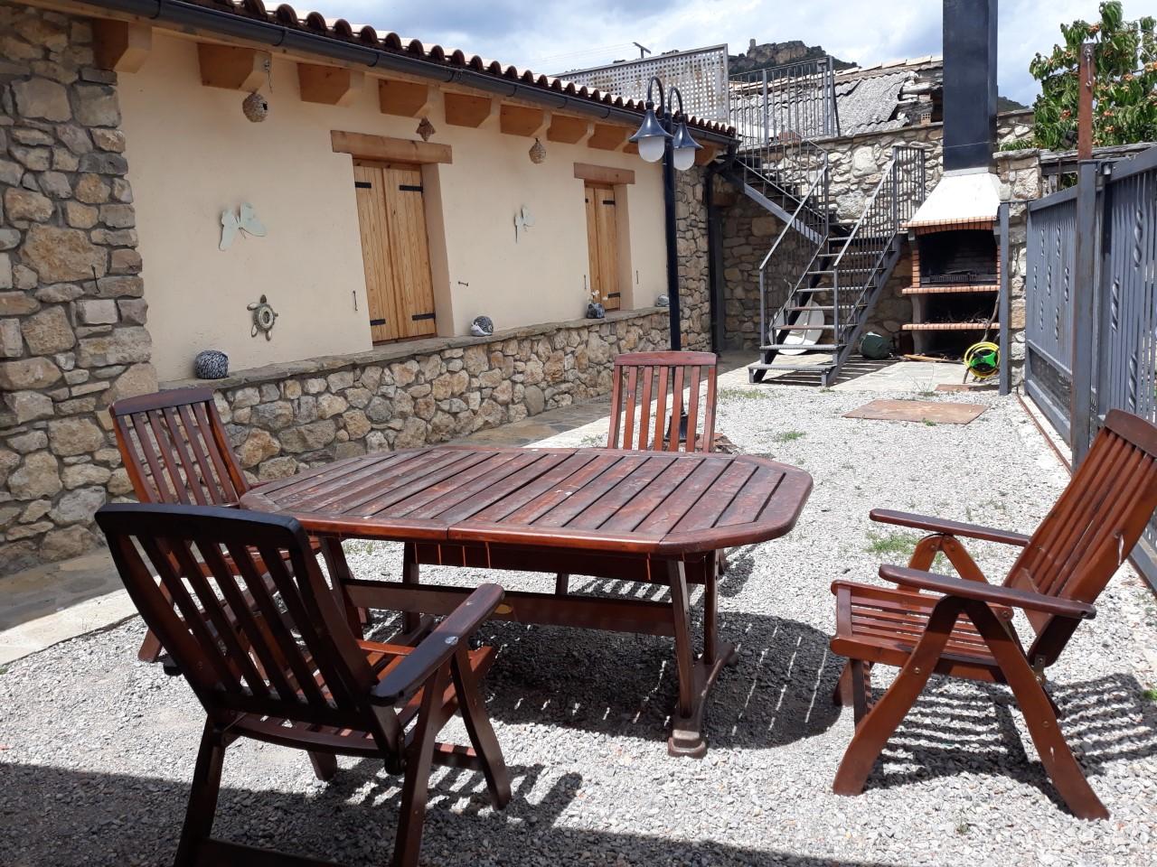 Espace extérieur avec barbecue et table